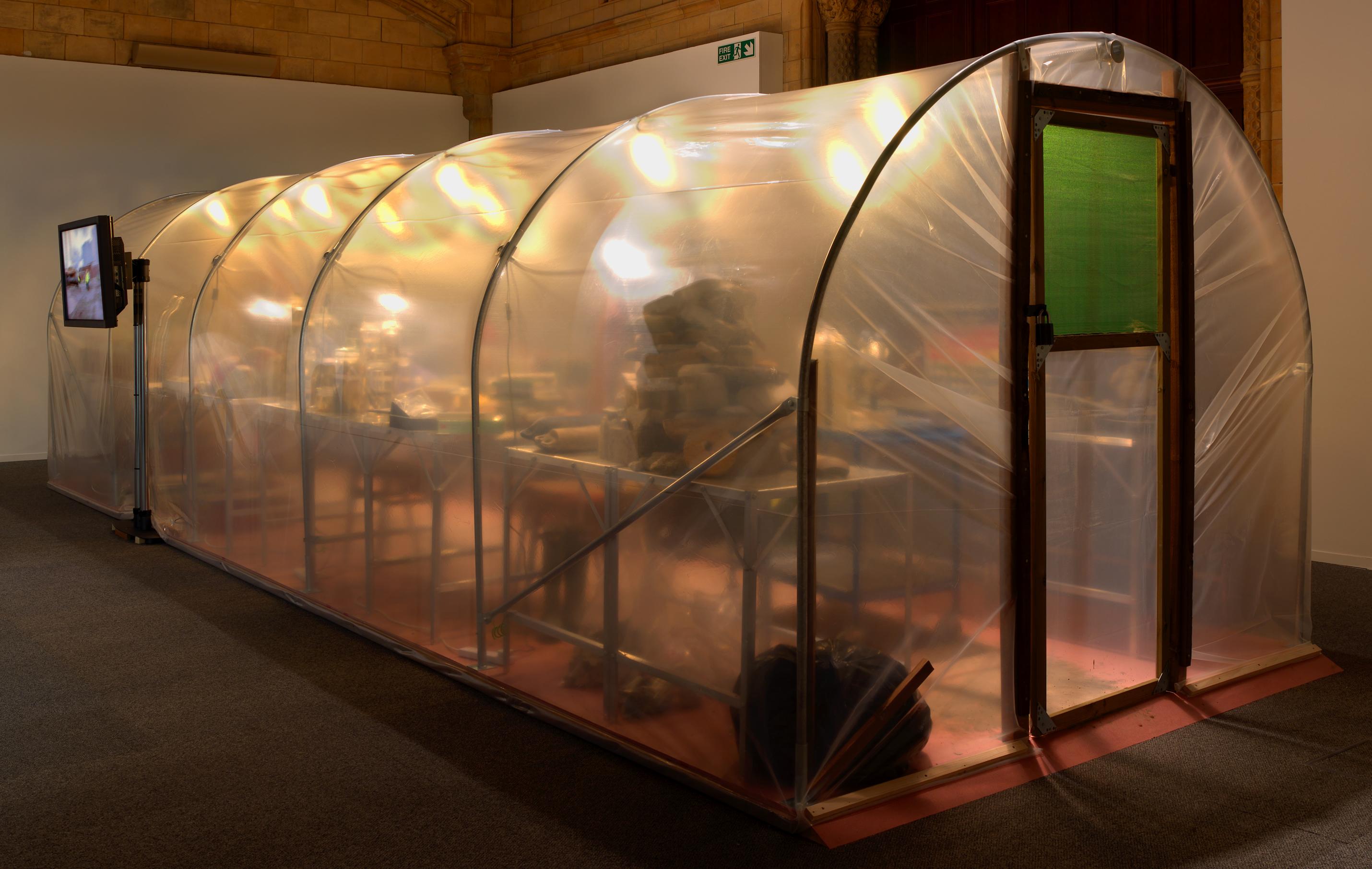 Mark Dion. Fieldwork 04 (2007). Instalación, materiales diversos. (Vista en diagonal de la instalación del laboratorio de trabajo de campo)