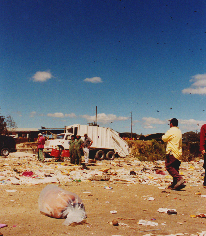 Regina José Galindo. No perdemos nada con nacer (2000). Vídeo, 02'04'' en bucle. (Fotograma-vídeo con la artista dentro de una bolsa de plástico abandonada en el vertedero municipal de Guatemala).