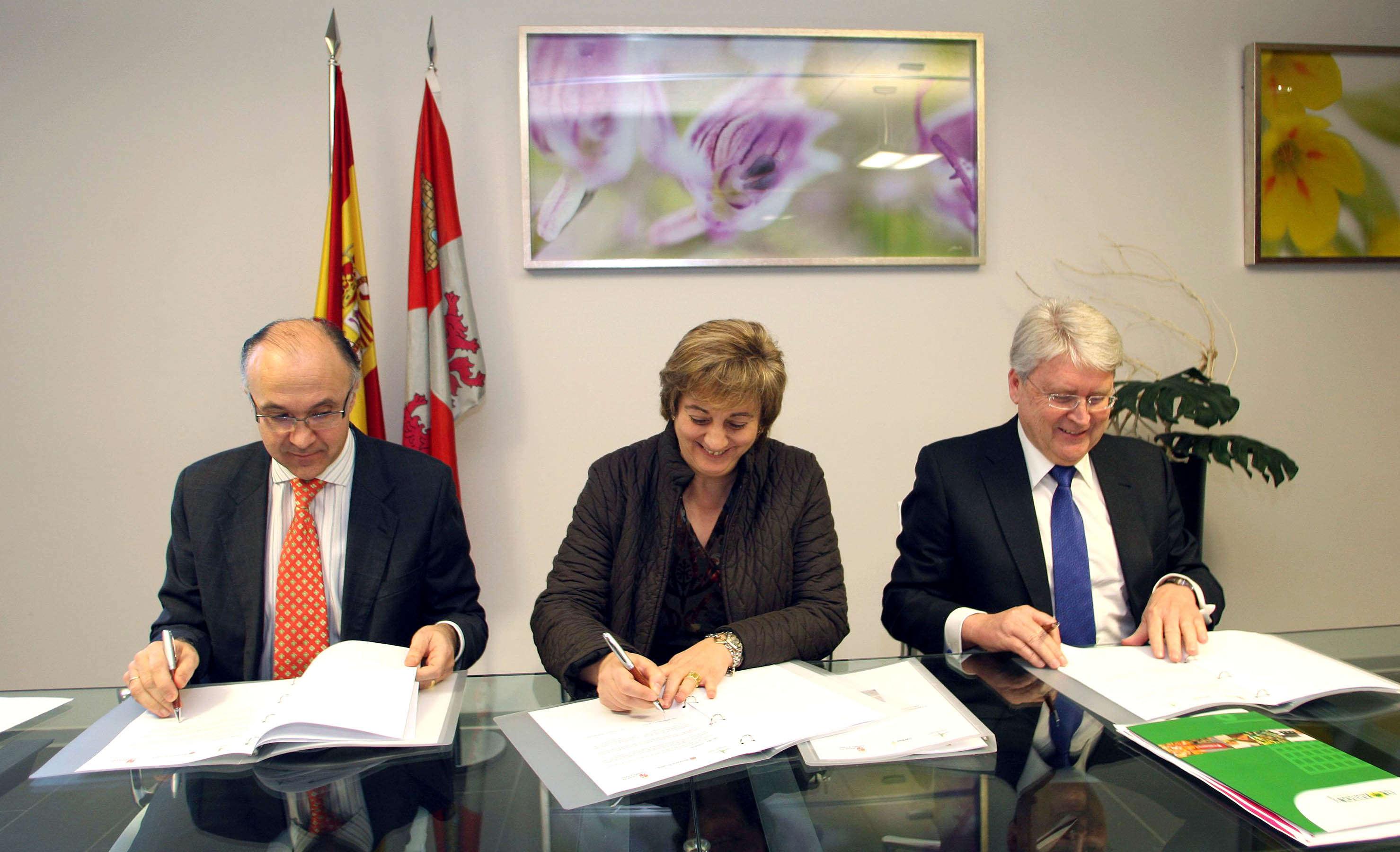 La Consejera de Medio Ambiente junto con el Presidente de la Diputación y el Consejero Delegado de El Árbol