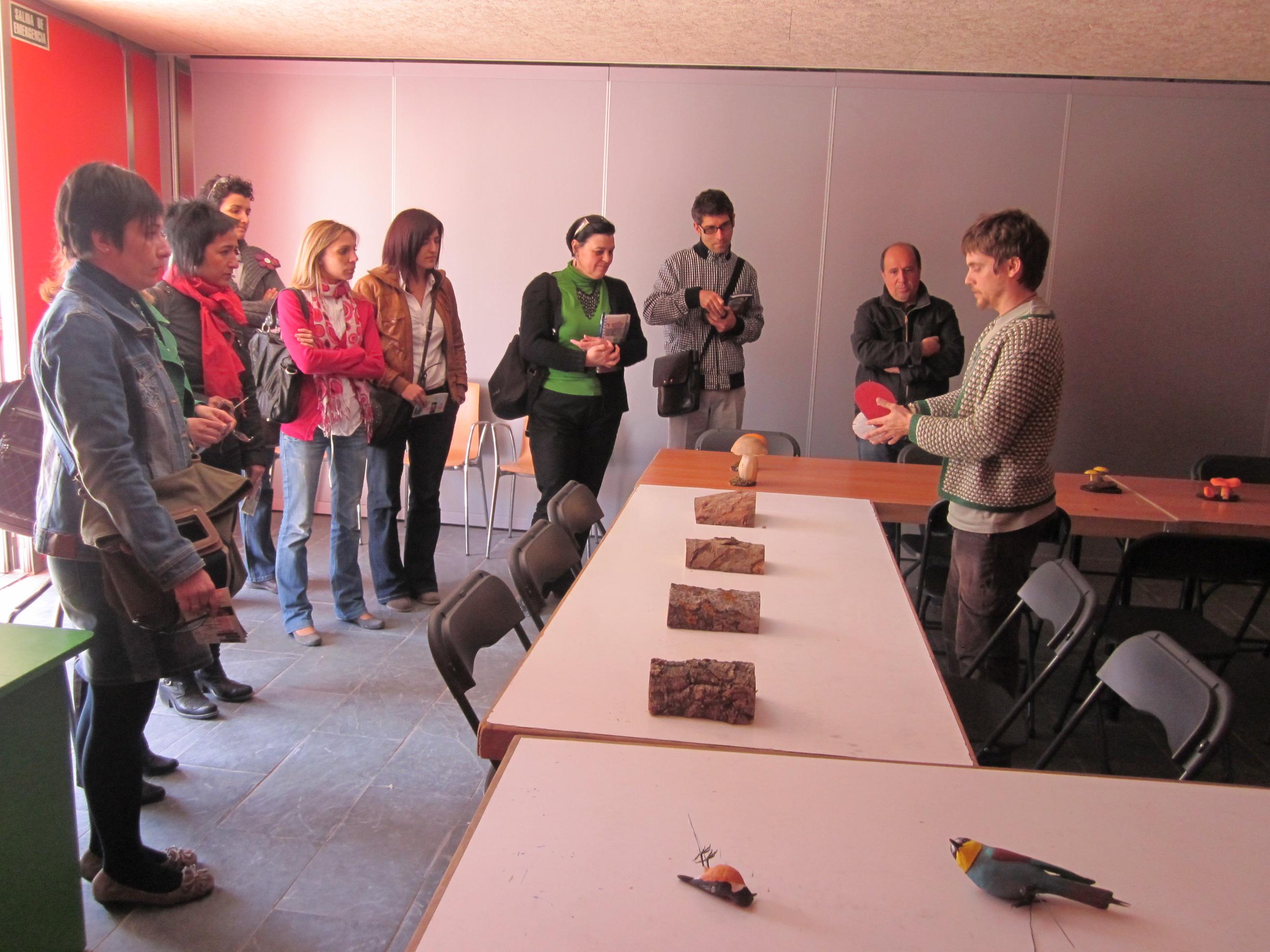 El coordinador del PRAE muestra los distintos materiales diseñados para el programa