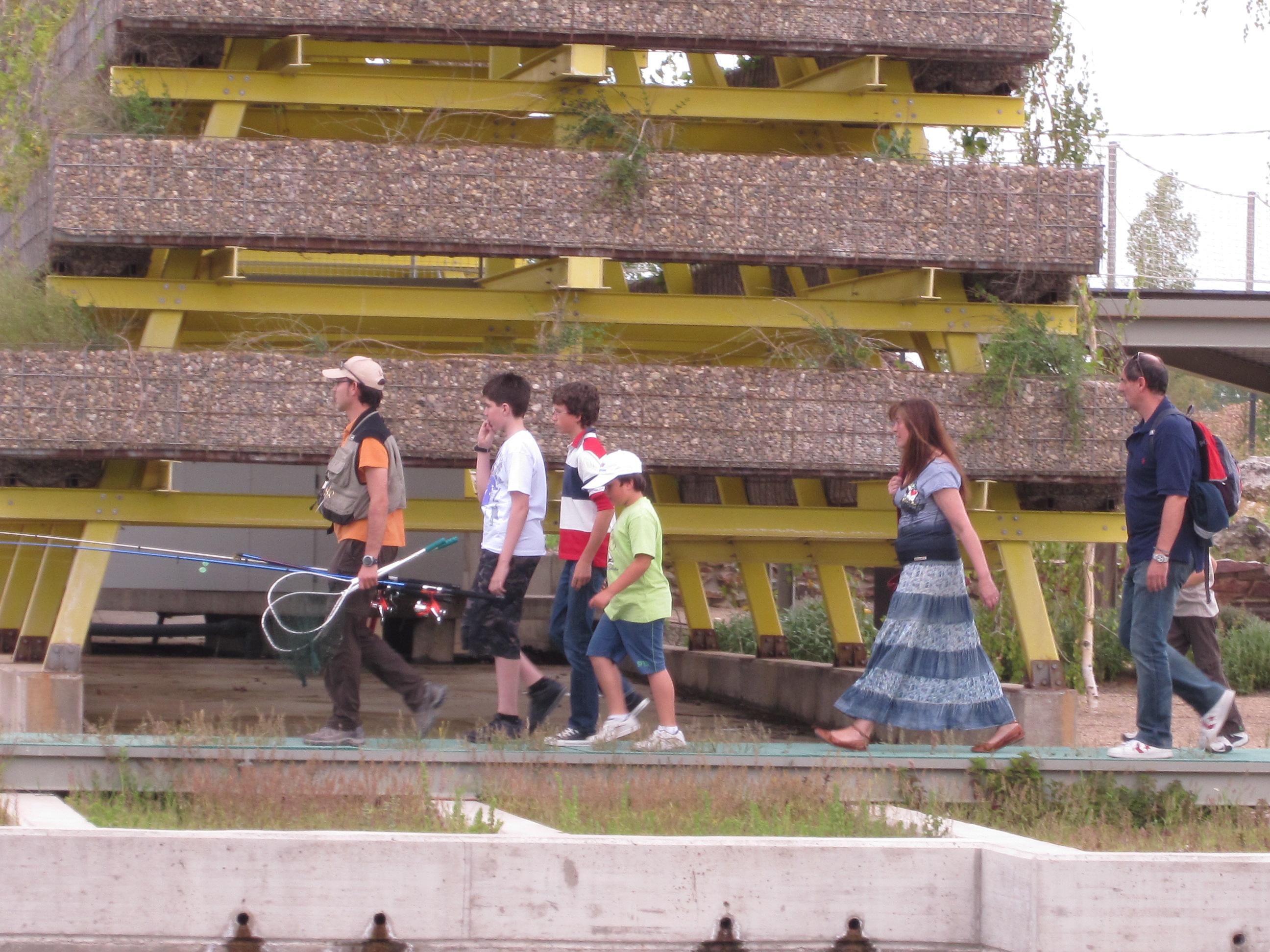 Visitantes se dirigen a participar en la parte práctica del Aula del Río