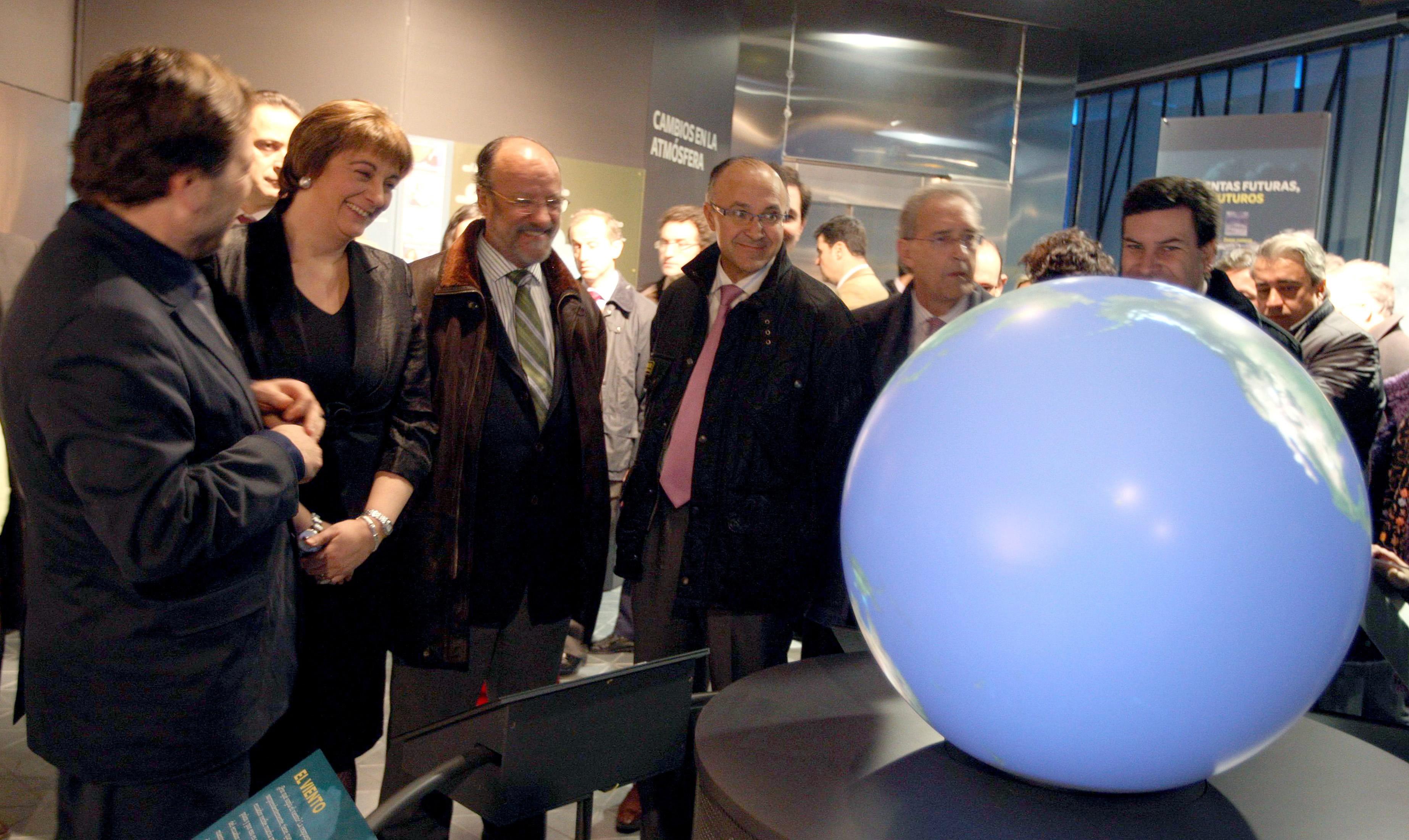 La Vicepresidenta Primera y Consejera de Medio Ambiente y otras autoridades contemplando la exposición