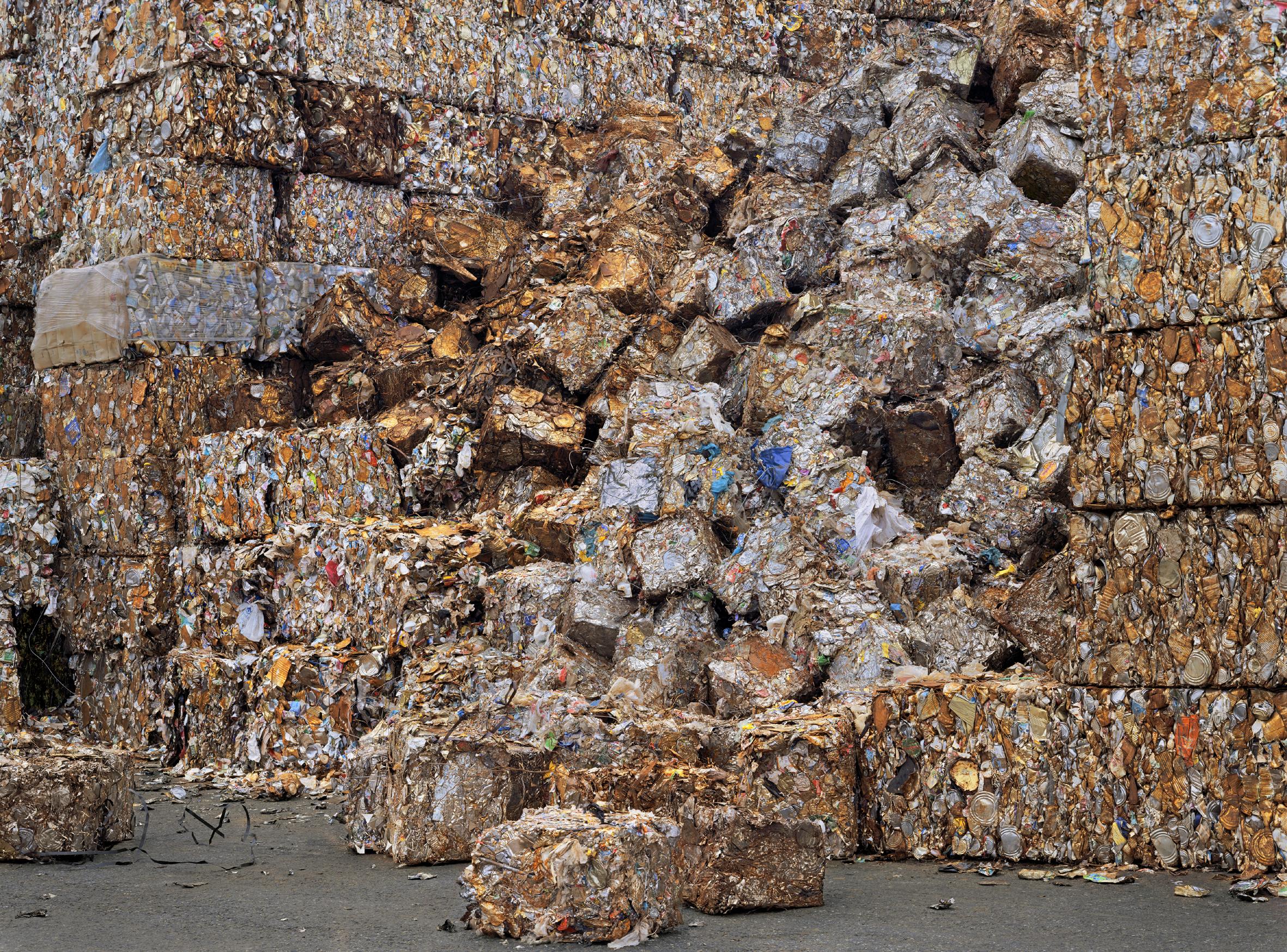 Chris Jordan. Recycling Yard, #6, Seattle (2004). Fotografía, 112x150 cm. (Foto del desmoronamiento de las pacas de residuos de la planta de reciclaje).