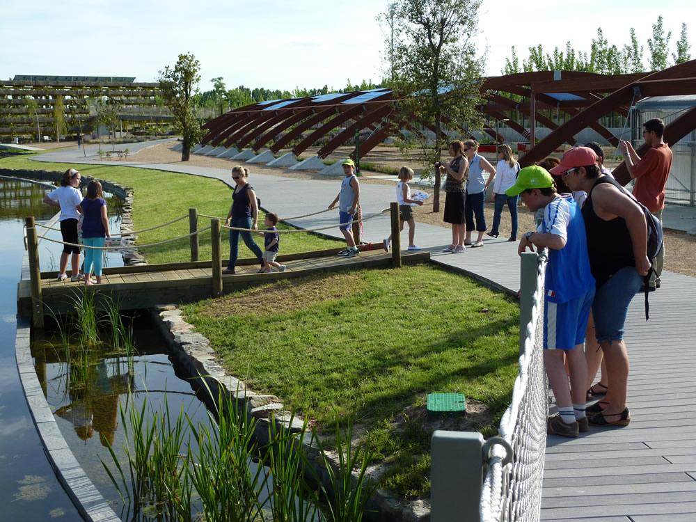 Unos jóvenes visitando las nuevas instalaciones del Parque Ambiental