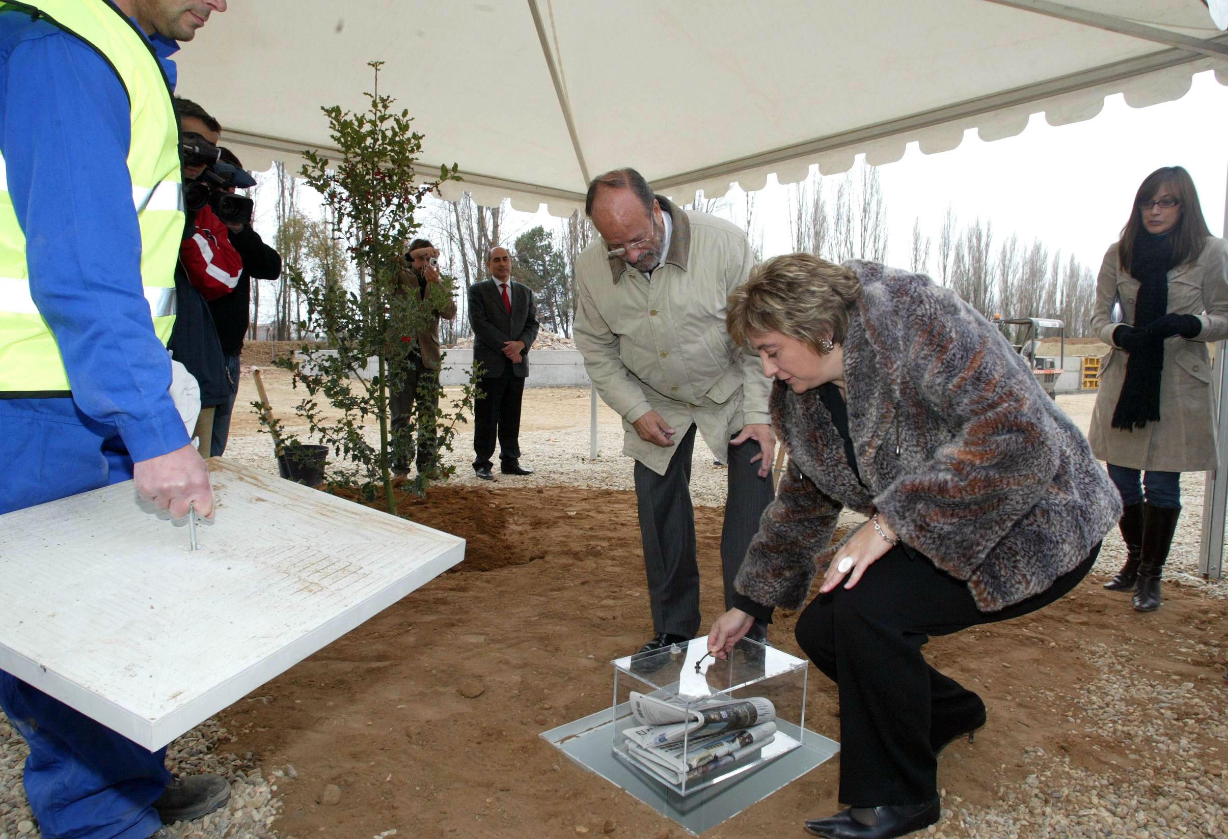 La Vicepresidenta poniendo la 'primera piedra' del Parque ambiental